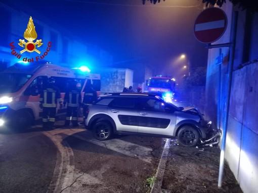 Confienza: si schianta in auto contro un muro, lievemente ferita una 43enne