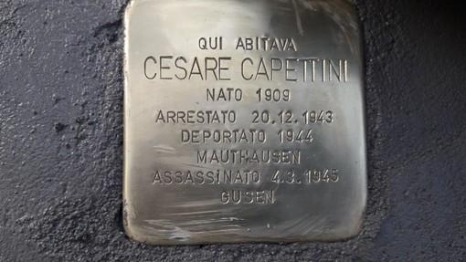 - (FOTOGALLERY) - Mortara rende omaggio a Cesare Capettini collocando una pietra d'inciampo