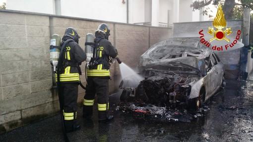 Vigevano: in fiamme un'auto in via Tre Colombaie