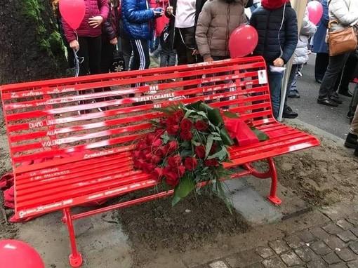 """Garlasco: inaugurata la """"panchina rossa"""" per Chiara Poggi e le donne vittime di violenza"""
