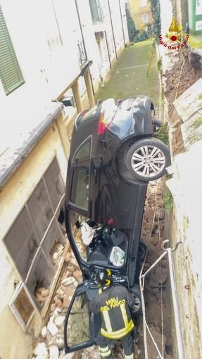 Pavia: tenta di uscire dal parcheggio con l'auto, ma sfonda il muretto e precipita per circa 4 metri in un fossato della clinica Morelli