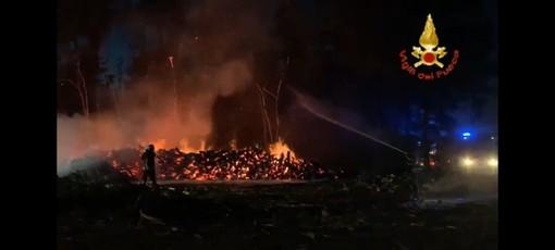 - (VIDEO) - Zinasco, in fiamme 600 quintali di legna e un mezzo agricolo