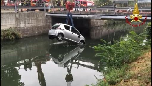 - (VIDEO) - Pavia: auto precipita nel Naviglio Pavese, l'intervento dei Vigili del fuoco. Due uomini salvati dagli agenti della Polizia