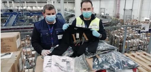 A Malpensa sbarcano 525 magliette Armani taroccate: scatta il sequestro