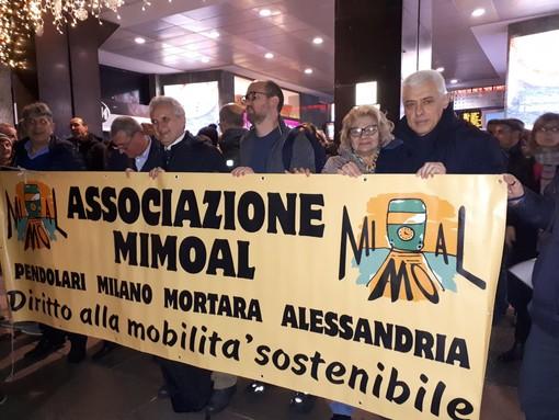 - (FOTOGALLERY) - Treni, manifestazione sotto la sede di Trenord. Presente anche MiMoAl con tanto di striscione