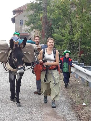 Robbio, famiglia francese transita sulla via Francigena in compagnia di figli ed asinelli