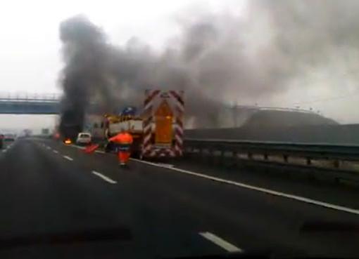 Marcallo-Mesero, auto si ribalta e prende fuoco: 3 feriti