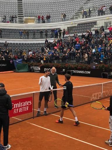 Baldi e Federer sul centrale del Foro Italico di Roma al termine della loro sessione di allenamento