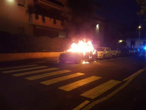 Magenta: auto in fiamme nel centro della città