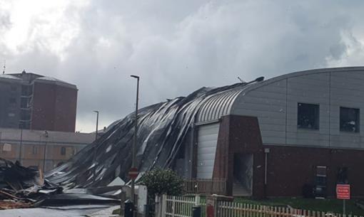 Vercelli, vento fortissimo in città: tetti scoperchiati e devastazione al Pala Bertinetti
