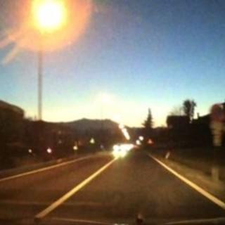 Un fotogramma del video di Nicola Garzero che immortala la meteora (sulla destra)