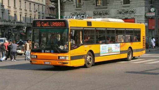 Milano, scontro bus-mezzo raccolta rifiuti: 4 feriti