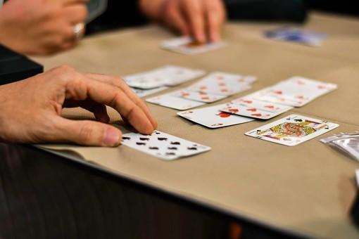 Il gioco del Bridge in videoconferenza. Grazie ai corsi online aperti a tutti, anche gli over 70 diventano più digitali