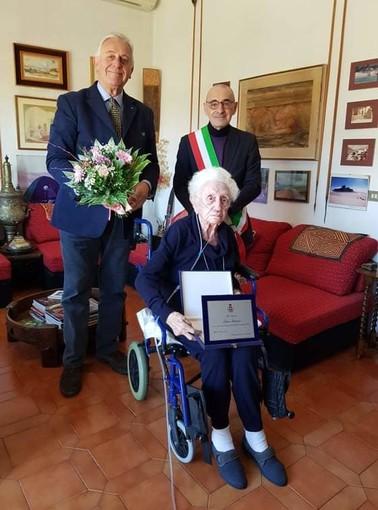 - FOTONOTIZIA - Mede: premiata con una targa la centenaria Lina Barisio Fantelli