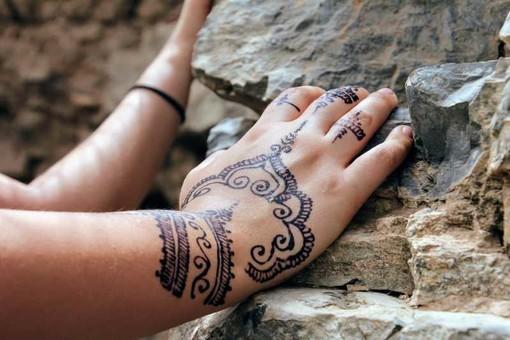 Il mio mondo #ecobio - Attenzione ai tatuaggi estivi in spiaggia, di Cristina Garavaglia