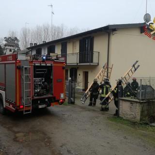 Sannazzaro: vigili del fuoco in azione per un principio d'incendio a una canna fumaria