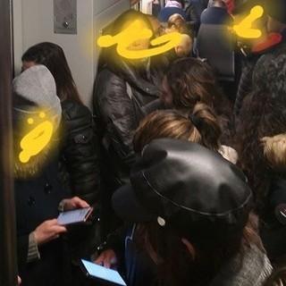 Pendolari su un vagone affollato: la foto è stata scattata ieri mattina da un viaggiatore e postata sui gruppi Facebook