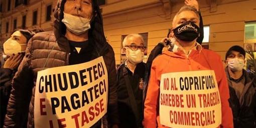 """""""Basta, siamo stremati"""": ristoratori in protesta alla Prefettura di Milano"""