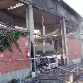 - (VIDEO) - Rozzano: licenziato, provoca incendio che danneggia mezzi di raccolta rifiuti, in manette un 43enne