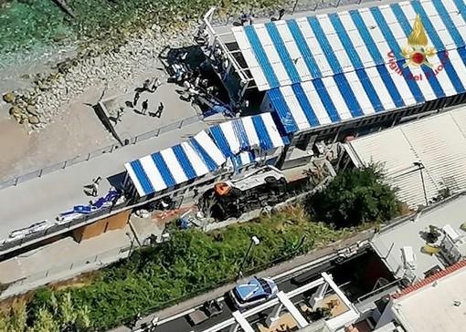 Bus precipita in spiaggia a Capri: ecco le immagini dell'incidente